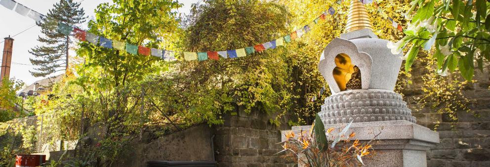 Buddhistischer Stupa und tibetische Gebetsfahnen