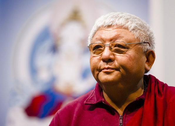 Lama Jigme Rinpoche vor einem Thangka Diamantgeist