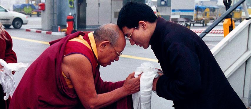 Lopön Tsechu Rinpoche begrüßt Thaye Dorje, S.H. den 17. Gyalwa Karmapa