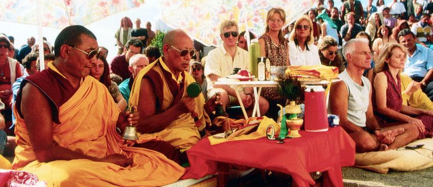 Lopön Tsechu Rinpoche mit Lama Ole und Hannah Nydahl in Karma Guen