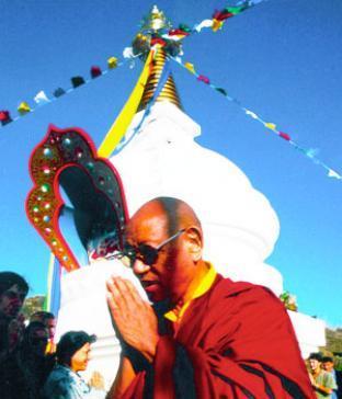 Lopön Tsechu Rinpoche weiht den Kalachakra Stupa in Karma Guen ein